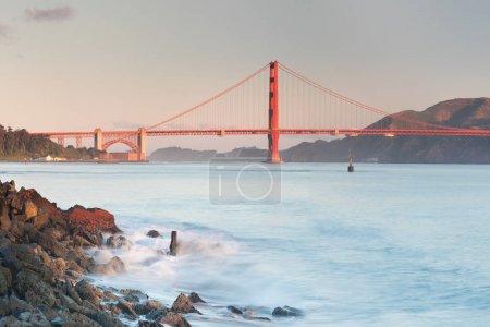 Photo pour Vue panoramique classique du célèbre Golden Gate Bridge vu du port de San Francisco dans la belle lumière du matin o avec ciel bleu en été ou au printemps, San Francisco, Californie, États-Unis - image libre de droit