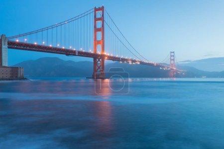 Photo pour Vue panoramique classique du célèbre Golden Gate Bridge en belle lumière du soir sur un crépuscule avec ciel bleu et nuages en été ou en automne, San Francisco, Californie, États-Unis - image libre de droit