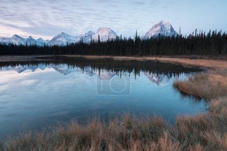 Photo pour Les montagnes Rocheuses le jour de l'automne Parc national Jasper dans les Rocheuses canadiennes. Alberta Canada Paysage panoramique dans le parc national Jasper près de la promenade des Glaciers - image libre de droit
