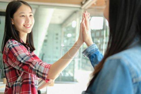 Photo pour Fille adolescente donnant haute cinq mains touchantes ensemble. travail d'équipe amitié amity concept - image libre de droit