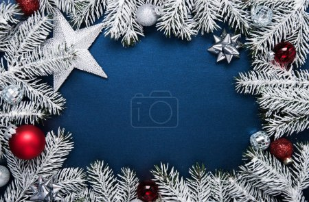 Foto de Feliz Navidad y felices fiestas tarjetas de felicitación, marco, bandera. Año nuevo. Regalos de Navidad, regalos en azul vista superior del fondo. Tema de vacaciones de invierno. Endecha plana - Imagen libre de derechos
