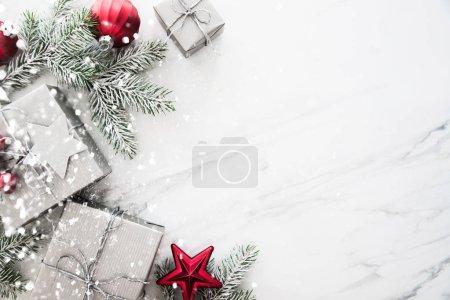 Foto de Cajas de plata hecha a mano regalo de Navidad en blanco mármol vista superior del fondo. Feliz Navidad tarjeta de felicitación, marco. Tema de vacaciones de Navidad de invierno. Feliz Año Nuevo. Noel. Endecha plana - Imagen libre de derechos