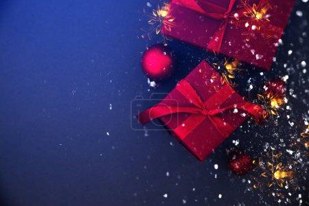 Foto de Feliz Navidad y felices fiestas tarjetas de felicitación, marco, bandera. Año nuevo. Regalos hechos a mano de Navidad rojo, presenta en azul vista superior del fondo. Tema de vacaciones de invierno. Endecha plana - Imagen libre de derechos