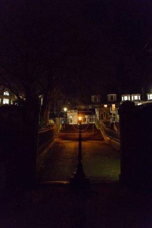Photo pour Une petite ruelle au départ de St Cuthbert, avec un beau lampadaire - image libre de droit