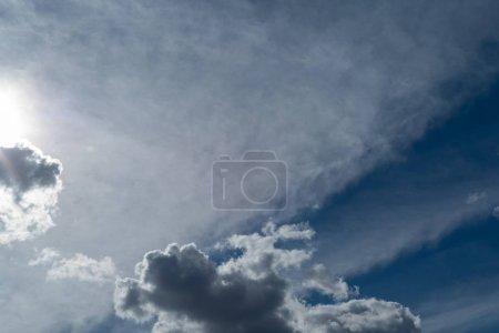 Photo pour Nuages d'orage dans le ciel bleu. Fond naturel - image libre de droit