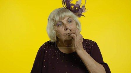 Lustige dumme alte Frau, die mit albernem Gesichtsausdruck Nase zupft, Booger entfernt, schlechte Manieren