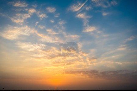 Photo pour Vue du coucher de soleil coloré sur fond de ciel nuageux - image libre de droit