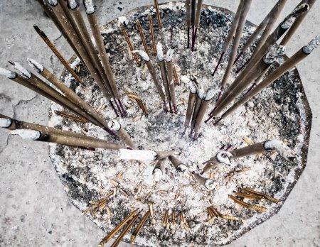 Photo pour Brûler des bâtons d'encens dans le temple chinois - image libre de droit