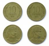 """Постер, картина, фотообои """"Комплект 2 (два) разных лет чилийские 10 песо алюминиевых бронзовых монет много 1993, 1995 год, Чили. На монетах изображен портрет лидера независимости Чили Бернардо О"""