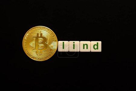 Palabra Ciego compuesto de cubos. La primera letra de la palabra está simbolizada por un bitcoin. Concepto de inversión BTC, tasa de crecimiento de bitcoin, confianza, creencia, perspectivas de precios positivas .