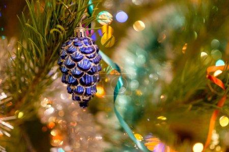 Photo pour Boule en forme de cône suspendue au sapin de Noël festif - image libre de droit