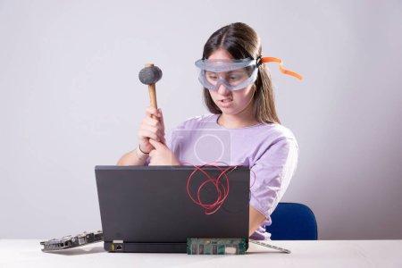 Photo pour Une session avec des éléments informatiques, et leur prétendue destruction après tant de choses sur le confinement - image libre de droit
