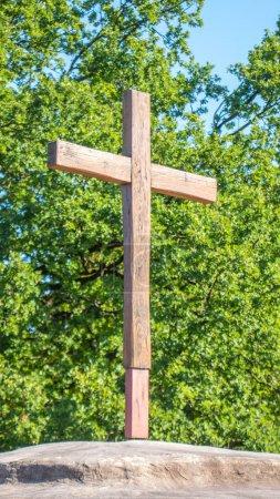 Photo pour Jésus traverse au sommet d'une montagne - image libre de droit