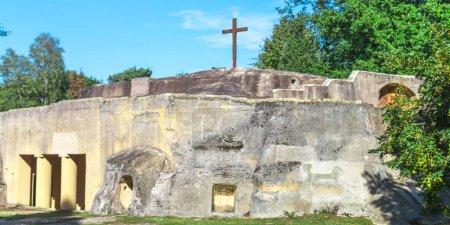 Photo pour Tombeau avec une croix de Jésus sur le dessus - image libre de droit