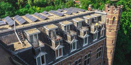 Foto de Techo de una iglesia holandesa con paneles solares - Imagen libre de derechos
