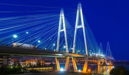 Foto de Puentes de Petersburg. El puente Bolsheokhtinsky. Panorama de Rusia. Federación rusa. Puente con iluminación nocturna. Puente sobre el río Neva - Imagen libre de derechos