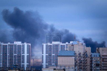 Photo pour La fumée monte au-dessus des maisons. feu. Feu dans les maisons. Fumée noire d'un incendie - image libre de droit