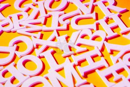 Photo pour Police anglaise. Lettres sur fond jaune. Police blanche. - image libre de droit