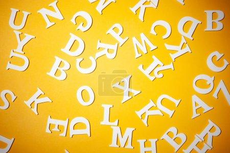 Photo pour Lettres anglaises sur fond jaune. Lettres anglaises. Alphabet anglais. - image libre de droit