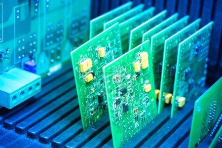 Photo pour Des CI. Le conteneur avec des circuits électriques. Composants pour appareils électroniques. Construire l'électronique . - image libre de droit