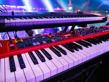 Photo pour Organisation du spectacle. piano électronique. Instruments de musique. Du matériel de concert. nouveau synthétiseur rouge. Clés de piano en gros plan. instrument de musique électronique. équipement DJ professionnel - image libre de droit