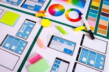 Photo pour Conception ux ui. Graphic designer est en train de développer une mise en page web. Visualisation du projet de l'application smartphone . Cadre d'application mobile de développement de croquis. Filément. - image libre de droit