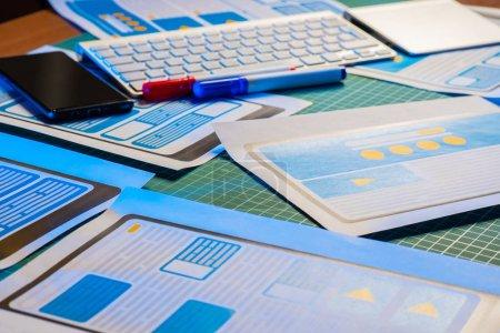 Photo pour Création d'applications mobiles, modèle avec schéma coloré - image libre de droit