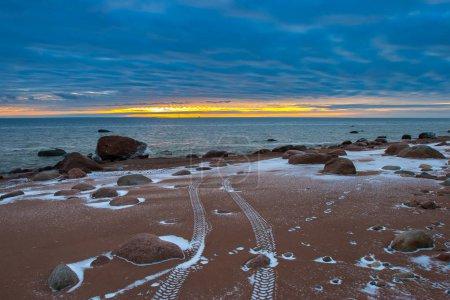 Photo pour Traces du VTT. Empreintes de VTT sur la plage . - image libre de droit