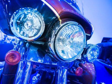 Photo pour Fragment de moto dans les tons bleus. Phares et feux arrière de la moto. Équipement d'éclairage vélo. Sport automobile. Ingénierie des transports. Réparation de moto . - image libre de droit