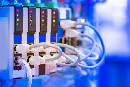 Stromversorgung mit Drähten. die Quelle der elektrischen Energie nach