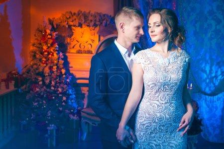 Photo pour Jeune couple amoureux à la fête de mariage - image libre de droit