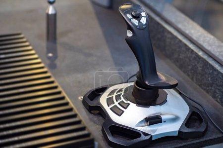 Photo pour Manette pour contrôler un robot industriel. Contrôle à distance de la production. Automatisation du processus de travail. La robotique dans l'industrie. - image libre de droit