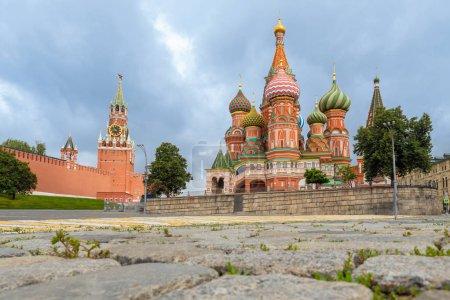 La Russie. Eglise de Moscou. St. Cathédrale de Basile. Tour Spasskaya. Panorama de la Place Rouge. Kremlin. Les murs du Kremlin à Moscou. Moscou par une journée ensoleillée. Des vues de la Russie. Capital .