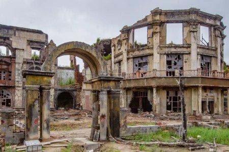 La destrucción de la ciudad. Ruinas de casas. Casas rotas. Uni