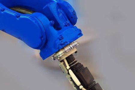 Photo pour Fragment d'un robot industriel avec télécommande. Concept industriel. Développement de robots pour la production industrielle. Robotique. - image libre de droit