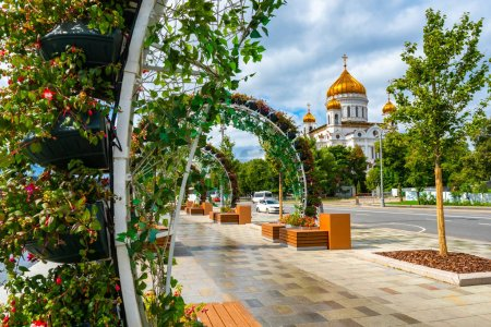 Photo for Russia. Moscow. Flower arch at the Cathedral of Christ the Savior. Cathedral of Christ the Savior in Moscow. The road to the temple. Guide in Moscow. Cities of Russia. Prechistenskaya embankment - Royalty Free Image