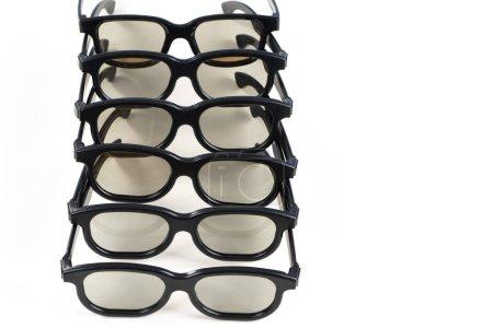 3D brýle izolované. Pohled na virtuální realitu. 3D brýle na bílém pozadí. Televizní příslušenství. Plastové brýle do kina. Ponoř se do sledování filmu. Objemová televize.