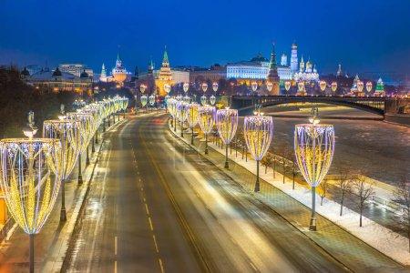 Photo pour Soir de Moscou. Russie. Route vers le Kremlin en hiver. La route vers la place rouge à Moscou. Freeway est décoré pour Noël. Autoroute au centre de la capitale avec garlands.Circuits en bus à Moscou - image libre de droit