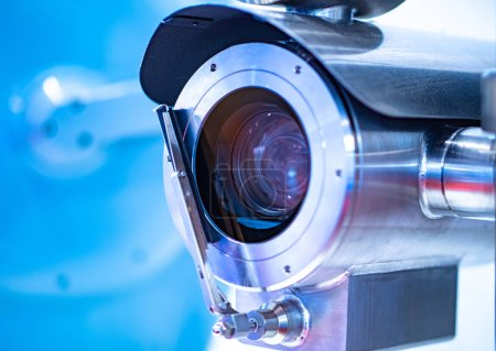 Photo pour Video camera in a metal case with a cleaner. Video surveillance in production. Moistureproof camera. Shock resistant camera. Video camera for installation in places with harsh environmental conditions - image libre de droit