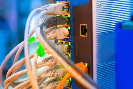 Photo pour Connectez les fils au gros plan de l'alimentation électrique. Assurer une alimentation ininterrompue. Unité avec connecteurs et capteurs LED. Electroavtomatica. Génie électrique . - image libre de droit