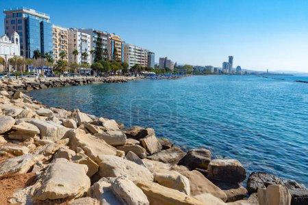 Photo pour Île de Chypre. Limassol. Côte méditerranéenne rocheuse. Paysage méditerranéen. Promenade Molos à Limassol. Vacances d'été à Chypre. Pierres sur la plage . - image libre de droit