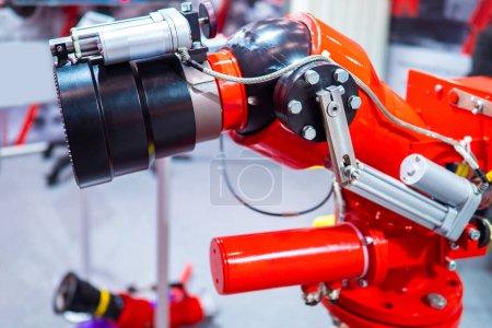 Photo pour Bras robotique. Le robot-manipulateur. Robotique Manipulateur industriel. La robotique dans l'entreprise. Équipement de l'usine. Équipement industriel moderne. Bras robotique en production. Automatisation de la production. - image libre de droit