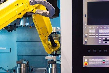 Photo pour Le bras jaune du robot manipulateur. Automatisation de la production industrielle. Production sans intervention humaine. Robot d'assemblage. Matériel industriel. Section automatisée de l'usine. - image libre de droit