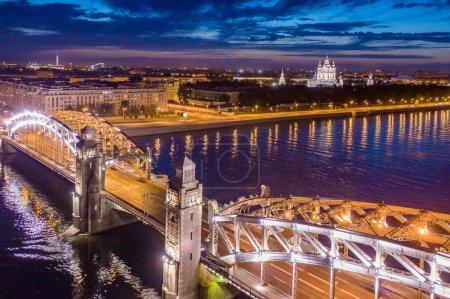 Photo pour Saint-Pétersbourg. La Russie. Vue aérienne du pont bolcheokhtinsky. Pierre le Grand pont avec éclairage du soir. Ponts de Saint-Pétersbourg. Rivières de Saint-Pétersbourg. Les lumières se reflètent dans la Neva - image libre de droit