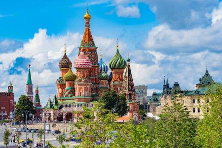 Photo pour Moscou. La Russie. St. Cathédrale de Basile. Place Rouge. Vue du parc à la place rouge. Moscou sur fond de ciel bleu. Kremlin. Excursions à St. Cathédrale de Basile. Les villes de Russie . - image libre de droit
