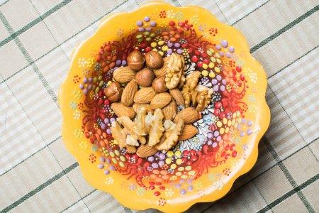 Photo pour Mélange de différentes noix dans un beau bol - image libre de droit