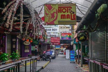 Foto de Bangkok, Tailandia - 25 de diciembre de 2018. Gay street en el barrio de Silom en Bangkok, Tailandia. Atracciones de Bangkok y vida de la ciudad atraen a diversos grupos de turistas. - Imagen libre de derechos