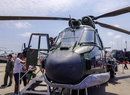 Photo pour Singapour - 10 février 2018. Un hélicoptère AS332M Super Puma de la Force aérienne de Singapour (RSAF) exposé à Changi, Singapour . - image libre de droit