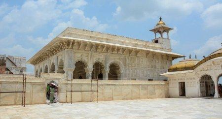 Photo pour Agra, Inde - 13 juillet 2015. Marbre salle du Fort d'Agra à Agra (Inde). Le fort fut la principale résidence des empereurs de la dynastie moghole jusqu'en 1638 - image libre de droit
