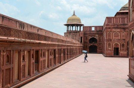 Photo pour Une femme, visite du Fort d'Agra à Agra (Inde). Le fort fut la principale résidence des empereurs de la dynastie moghole jusqu'en 1638 - image libre de droit
